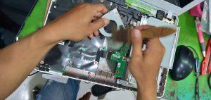 membersihkan komponen laptop